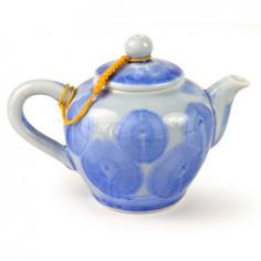 Голубой чайник с разводами глазурью