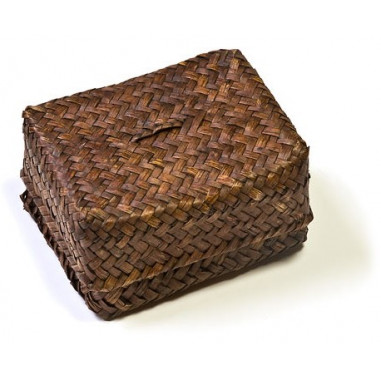 Темная плетеная коробка