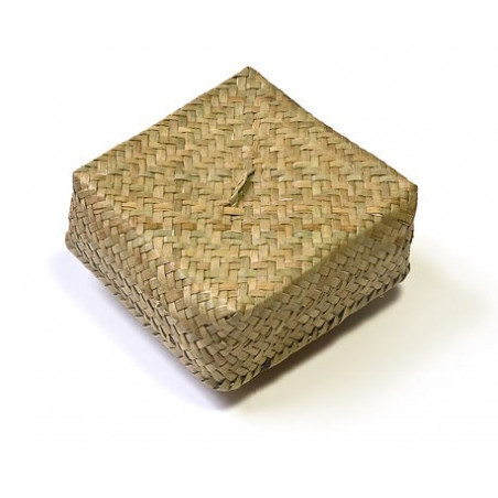 Светлая плетеная коробка