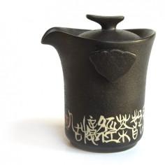 Черный чайник с иероглифами