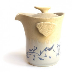 Бежевый чайник с иероглифами