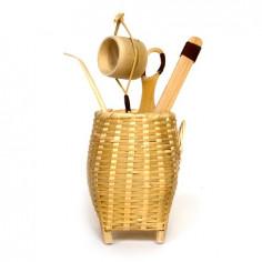 Чайные инструменты в плетеной корзинке