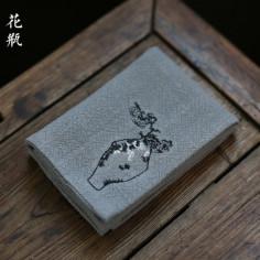 Льняное чайное полотенце с хризантемами в вазе