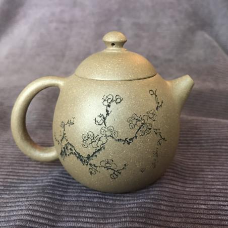 Чайник из исинской глины «Яйцо дракона» (снежная слива справа)