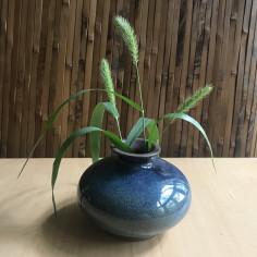 Маленькая вазочка с синей глазурью