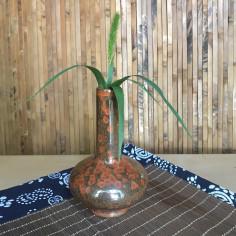 Высокая маленькая вазочка с красной глазурью