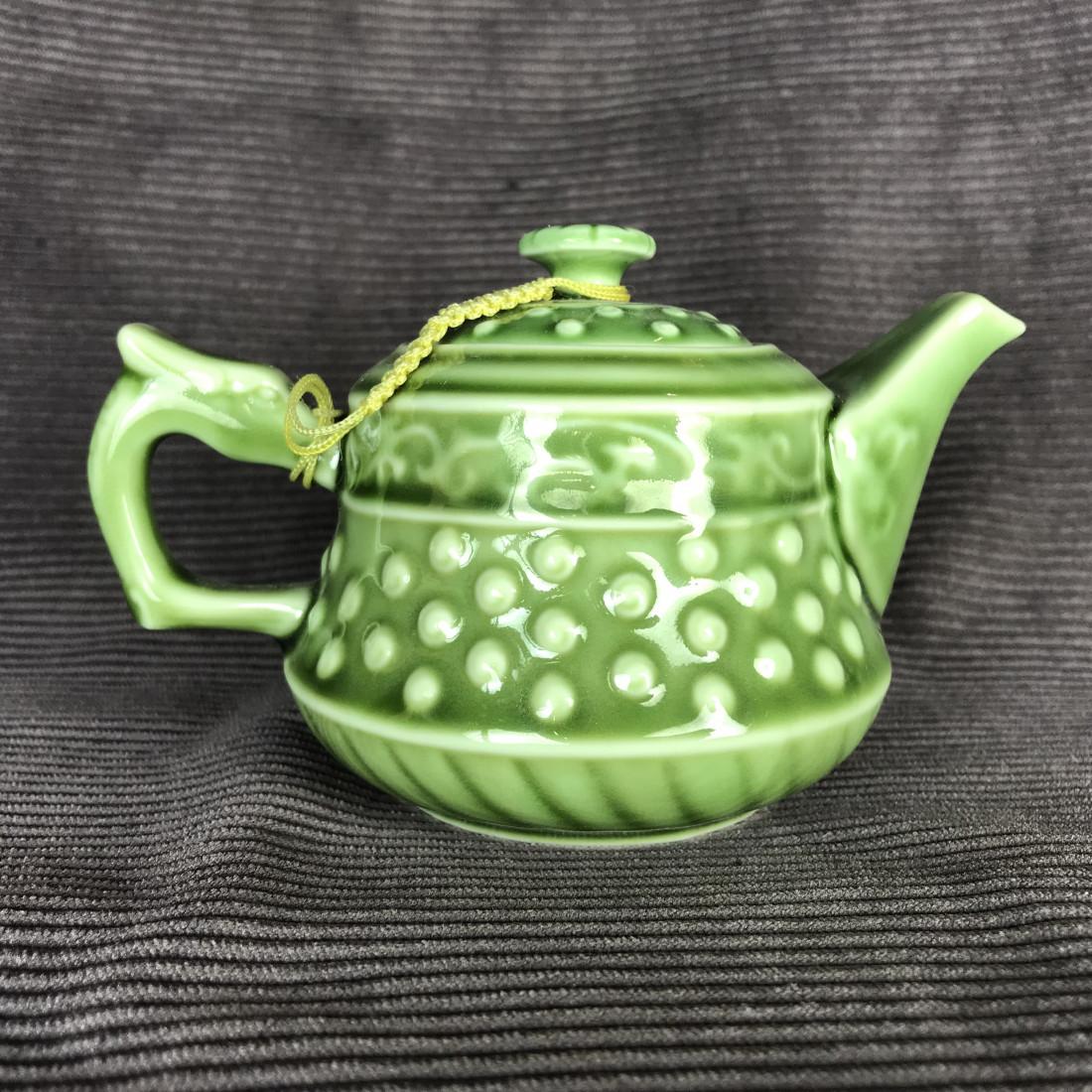 Зелёный чайник в форме основания колонны