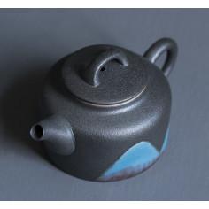 Далекие горы — черный глиняный чайник